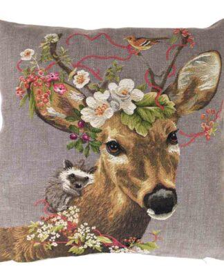 sierlijk kussen met reebok, bloemen en bosdieren.